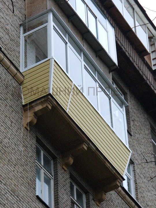Фото балкона с наружной отделкой под кирпич..