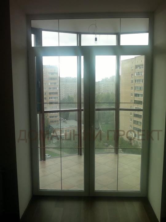 Пластиковые двери в квартире с переплетом