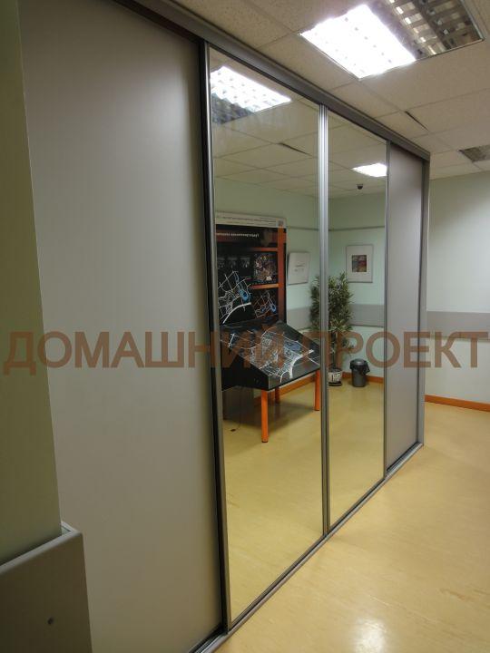 Шкаф-купе в офис с зеркальными дверями