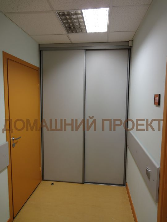Шкаф-купе для офиса встроенный в нишу
