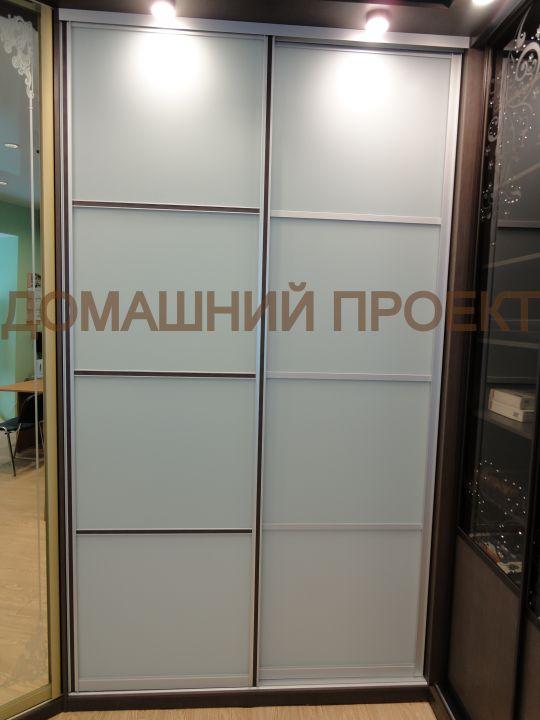 Шкаф-купе с комбинированными дверями для гостиной