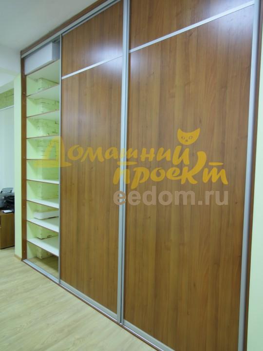 Шкаф-купе в офисе на Рябиновой с полками