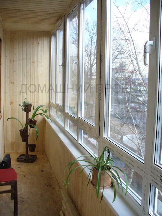 Отделка балкона деревом в кирпичном доме