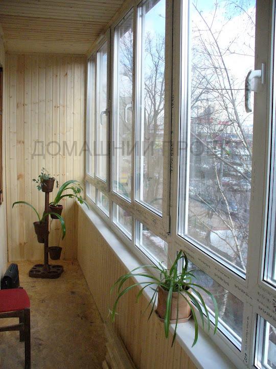 Деревянная отделка балкона в кирпичном доме