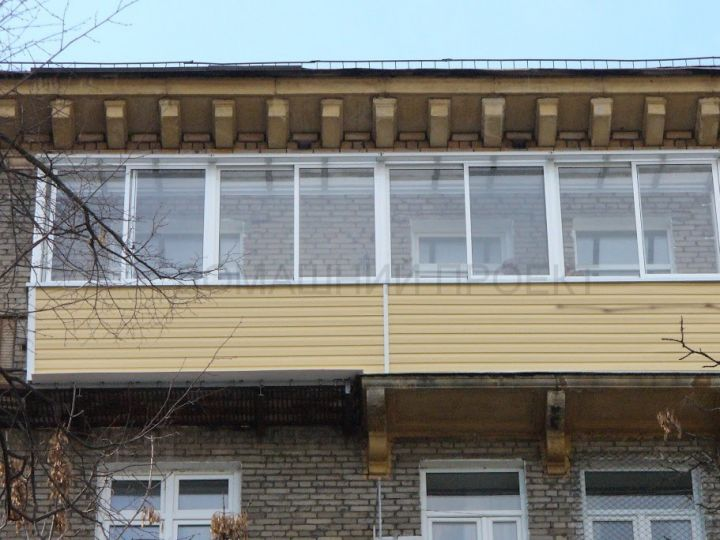 Остекление сталинского балкона с крышей