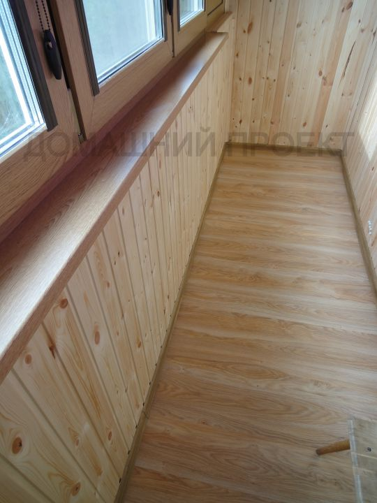 Деревянная отделка балкона в блочном доме