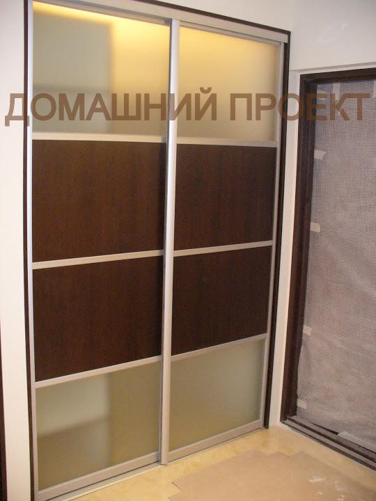 Стильная гардеробная с комбинированными дверьми