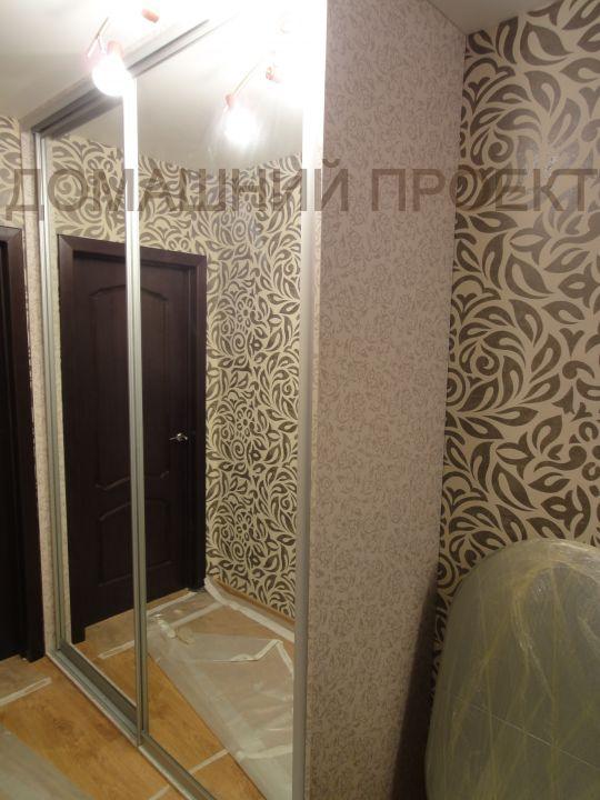 Встроенный шкаф-купе с зеркальным фасадом