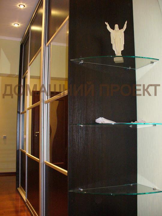 Шкаф-купе с угловыми полками из стекла