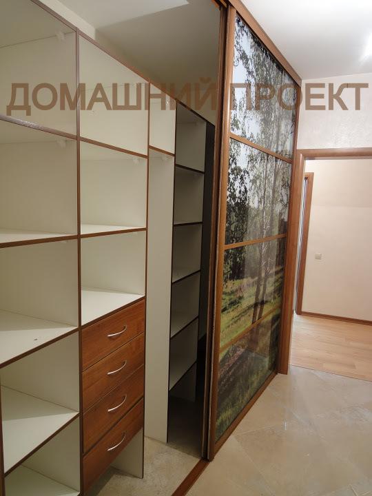 Вместительный шкаф-купе с оригинальным декором