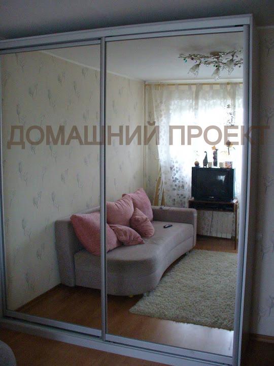 Шкаф с зеркальным фасадом для гостинной