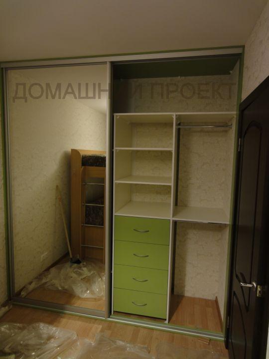 Шкаф-купе с зеркальным фасадом для детской