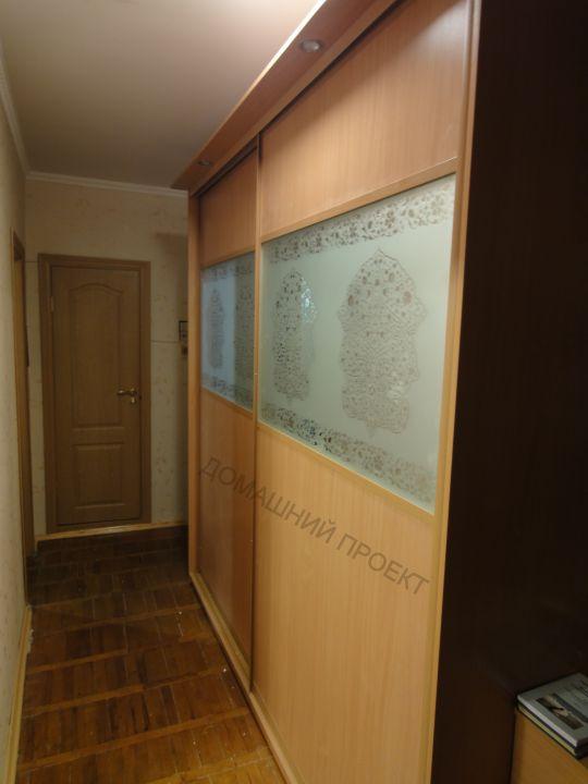 Шкаф-купе с цветочным рисунком на стекле