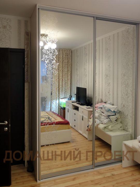 Шкаф для спальни с зеркальными дверьми