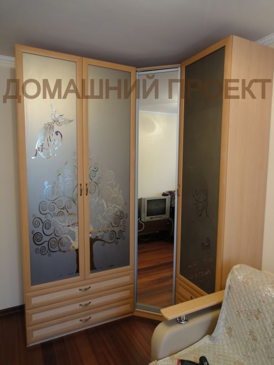 Угловой шкаф с оригинальным декором