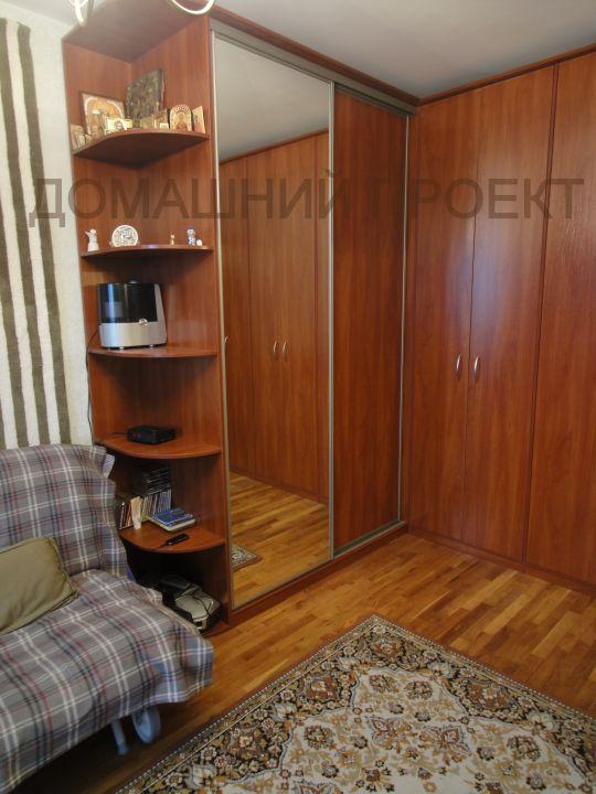 Вместительный угловой шкаф для гостинной