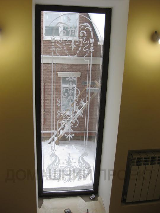 Окно с пескоструйным рисунком в коттедже